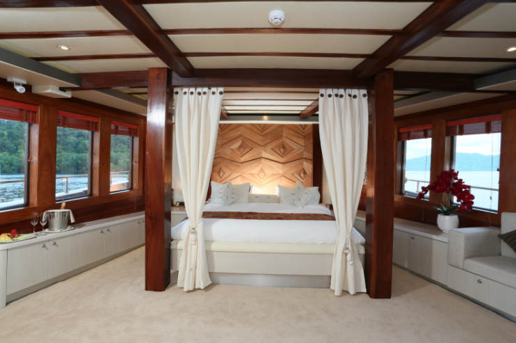 liveaboard indonesia facility - main cabin